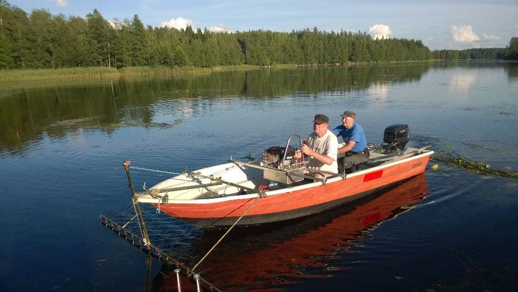 17_Antti Mäkinen käyttelee haravalaitetta, ruorissa Reijo Hoppula.